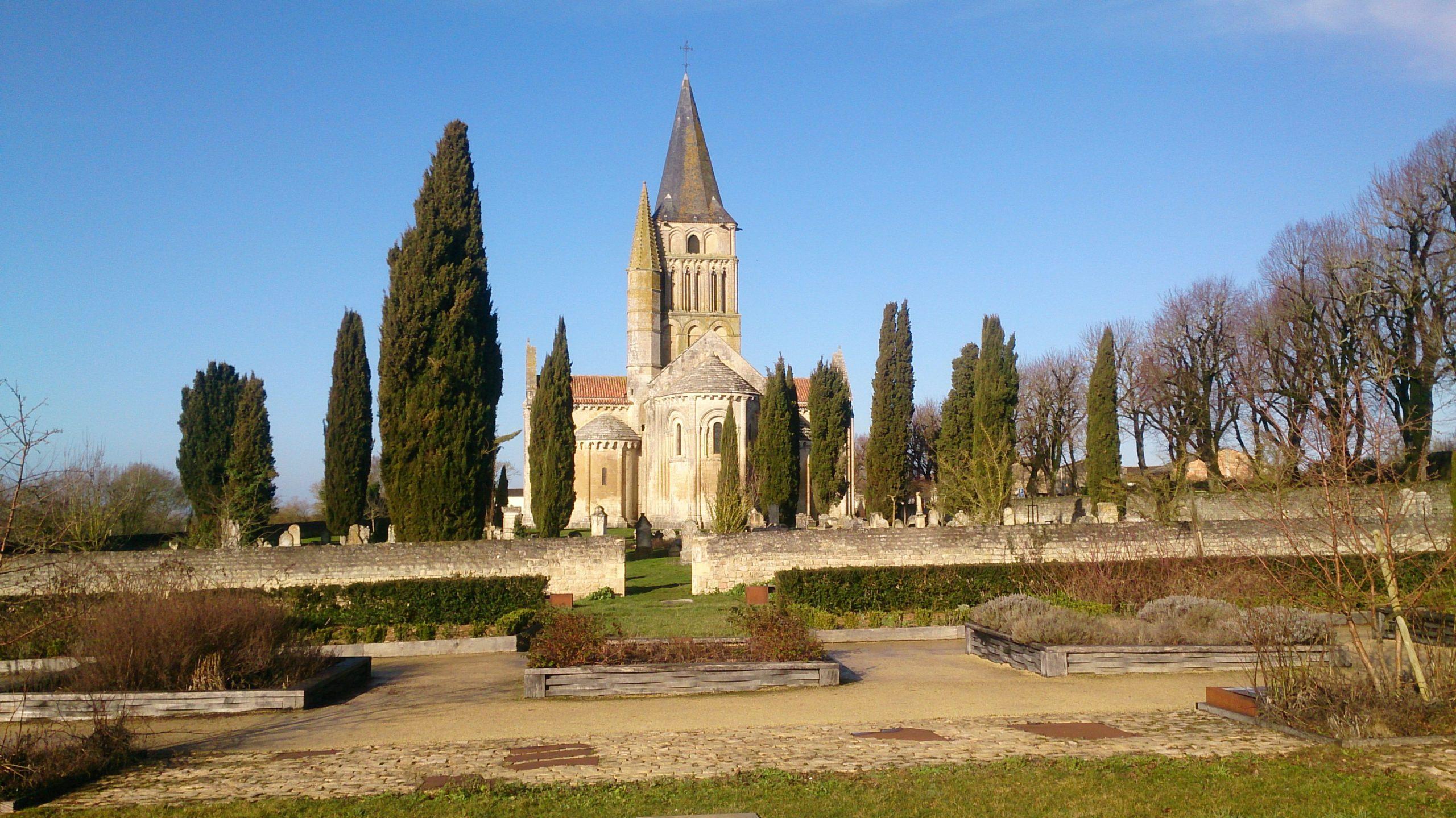 l' église Saint-Pierre d' Aulnay, joyau de l'art roman