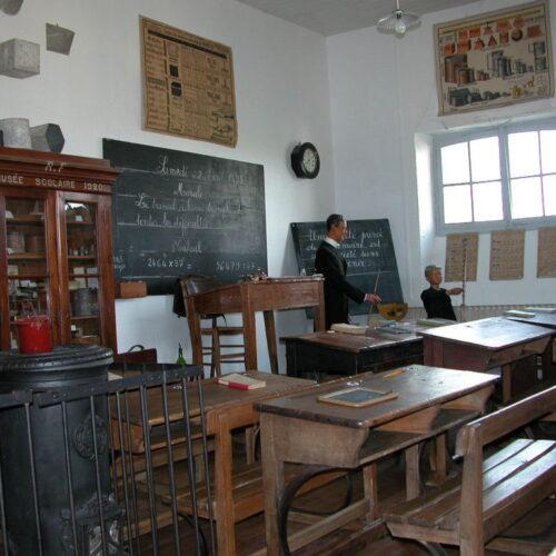 Interieure salle de classe musée de Vergné